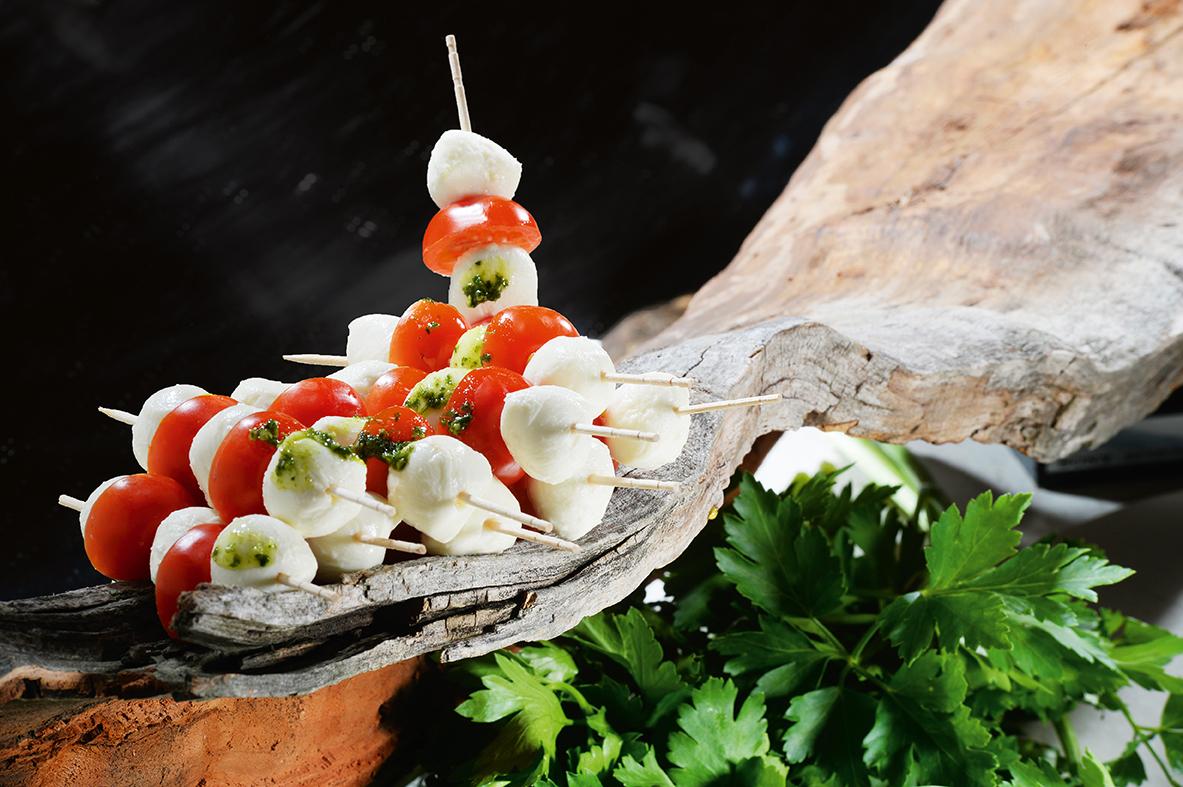 Arrangement Tomate-Mozzarella-Spieße